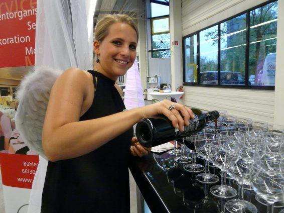 witt-spassbilder-Wein Rotwein einschenken